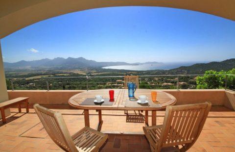 Villa de 172,53 m² + studio de 16,5 m² sur les hauteurs de Lumio avec vue mer panoramique et piscine