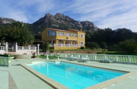 Villa de 238 m² sur 3000 m² de terrain arboré avec piscine
