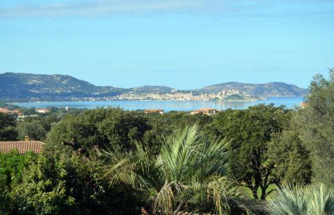 Villa de 245 m² sur 2500 m² de terrain arboré avec piscine et vue mer