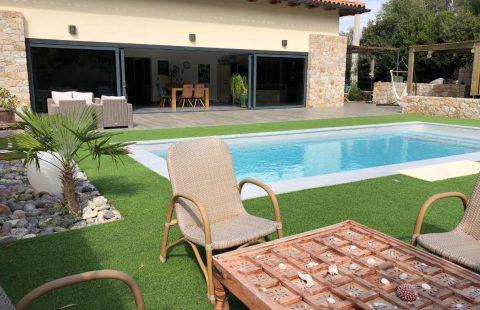 Villa moderne sur terrain de 1553 m² avec piscine et terrasses