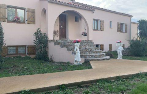 Villa de 269 m² sur 2850 m² de terrain arboré avec piscine